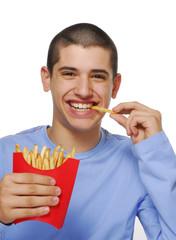 Niño contento comiendo patatas fritas,papas fritas.