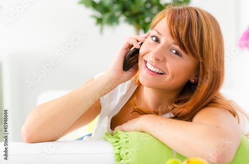 teenager telefoniert mit einem smartphone