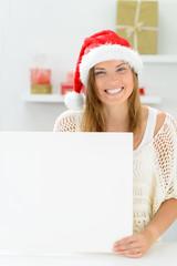 lachende weihnachtsfrau mit hinweisschild