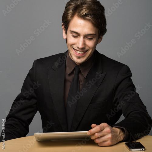 Mann liest am Tablettpc