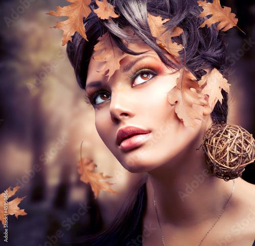 Portret kobiety jesień moda. Spadek
