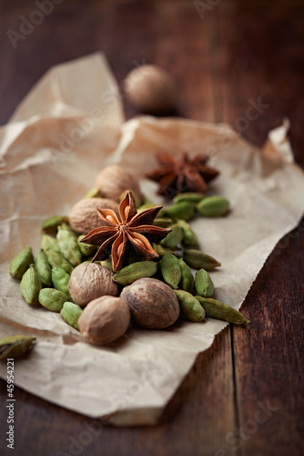 Dried cardamon pods, star anise and nutmeg