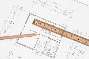 Bauplan für Haus mit Bleistift und Zollstock
