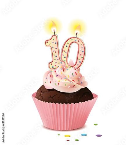 Cupcake mit Kerze und die Zahl 10