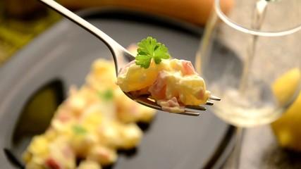 Ensalata compuesta con jamon y patatas