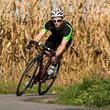 Rennradfahrer in der Kurve