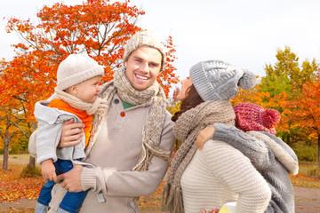 familie im herbst zusammen im park