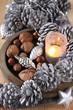 weihnachtliche dekoration mit winterlichen tannenzapfen