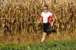 Jogger vor einem Maisfeld