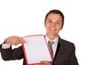 Mann mit Hinweismappe zeigt auf Mappe (freigestellt)