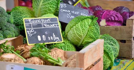 choux verts et rouges,céleris sur le marché