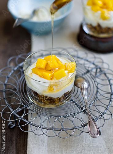 Joghurt mit dem Müsli und Mango