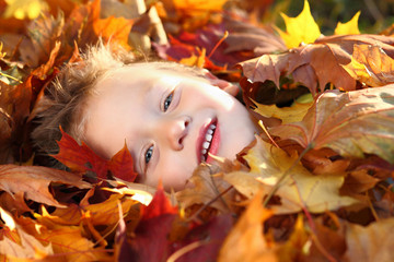 Junge im Herbstlaub 2