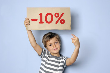 Kind hält Schild mit Typo -10%