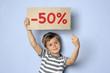 Kind hält Schild mit Typo -50%