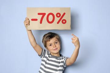 Kind hält Schild mit Typo -70%