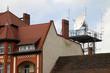 Riesige Satellitenschüssel auf dem Dach eines Hauses in Branden