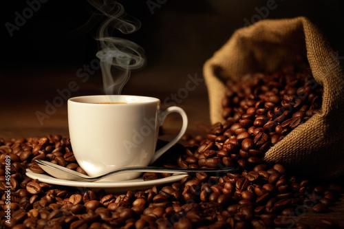 filizanka-parujacej-kawy