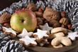 apfel, nüsse und weihnachtsgebäck