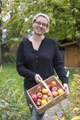 Frau bei der Apfelernte