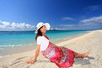 具志川島の海辺で寛ぐ女性