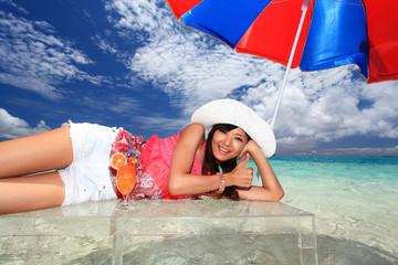 具志川島のビーチで寛ぐ女性