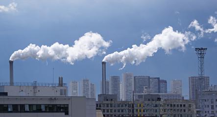 cheminées industrielles, fumées blanches et tours