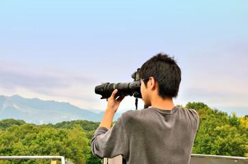 撮影する若者