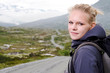 junge blonde Frau beim wandern