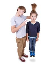 Teenager packt Mädchen am Schopf