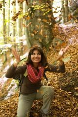 Donna allegra nel bosco