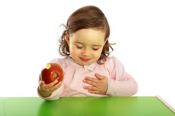 Ein Kind isst einen Apfel