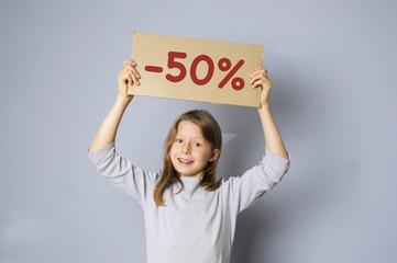Mädchen hält Schild mit Typo -50%