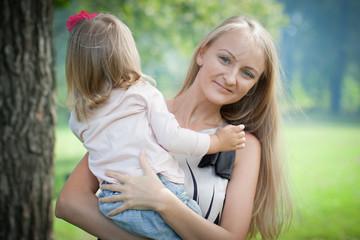 Счастливая молодая мама и дочь.