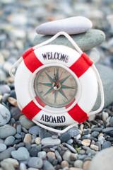 Спасательный круг на побережье моря