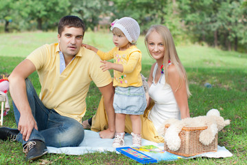 Семья на  пикнике в парке.