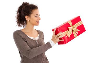 Frau isoliert mit Weihnachtsgeschenk
