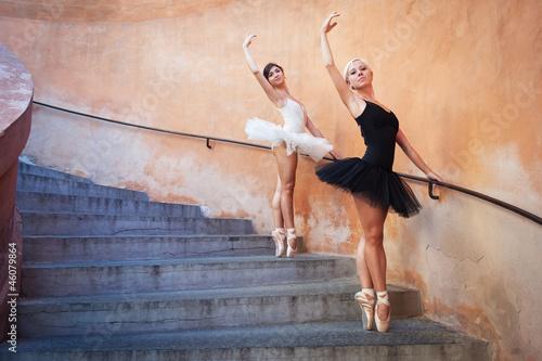 mlode-piekne-baleriny-tanczy-na-schodach-ballerina-proj