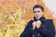 Mann frierend vor Herbstwald