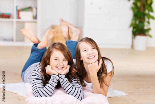 zwei freundinnen im kinderzimmer