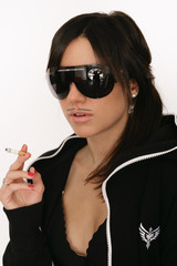 Sexy Frau mit Jumpsuite und Zigarette