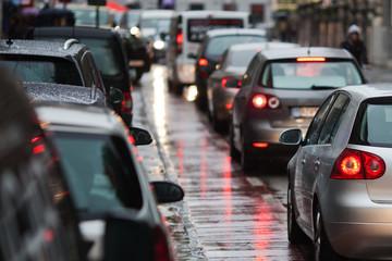 Stadtverkehr im Regen