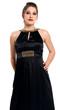 Frau in schwarzem Kleid