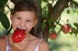 Junges Mädchen isst einen Apfel