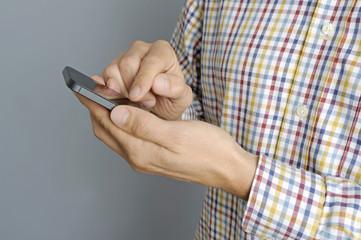 Mann bedient ein Smartphone