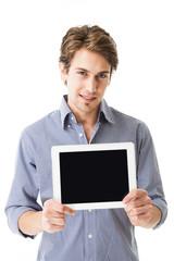 Mann hält Tablet zur Kamera