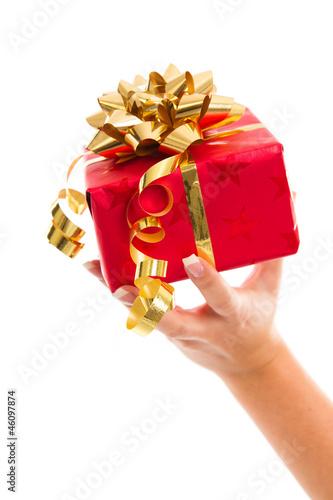 Rotes Weihnachtspaket mit goldener Schleife