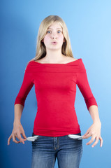 Mädchen zeigt leere Hosentaschen