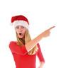 Mädchen mit Nikolausmütze zeigt auf etwas