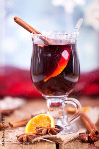 Glühwein mit Zuckerrand und weihnachtlicher Deko